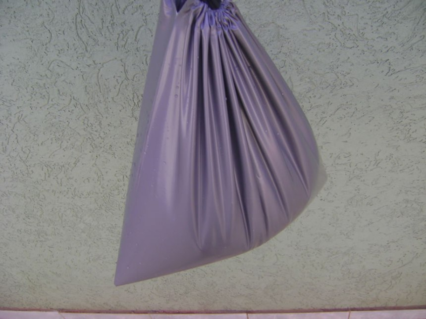 A sacola que acompanha o chuveiro pode ser usado como coletor de agua