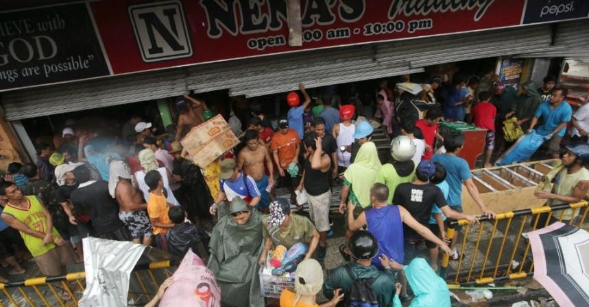 10nov2013---filipinos-saqueiam-loja-de-mantimentos-apos-passagem-do-supertufao-hayan-na-cidade-de-tacloban-provincia-de-leyte-a-tempestade-uma-das-mais-fortes-ja-registradas-matou-ao-menos-10-mil-1384079330688_956x500