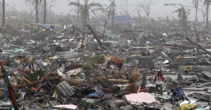 10nov2013---moradores-procuram-por-pertences-neste-domingo-10-apos-passagem-do-supertufao-hayan-na-cidade-de-tacloban-provincia-de-leyte-filipinas-o-tufao-haiyan-uma-das-tempestades-mais-fortes-1384059037547_956x500