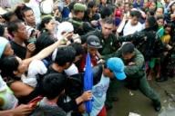 12nov2013---sobreviventes-do-tufao-haiyan-se-acotovelam-para-conseguir-uma-chance-de-embarcar-em-aviao-de-transporte-militar-c-130-em-tacloban-regiao-central-das-filipinas-nesta-terca-feira-12-1384228867663_300x200