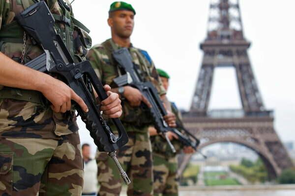 France-terrorism-soldiers-eiffel-tower