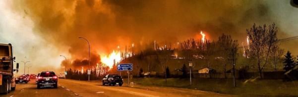 Imagem fornecida pelo usuário do Twitter @jeromegarot, mostra o furioso incêndio através da cidade de Fort McMurray, no Canadá. (Twitter.com/EPA)